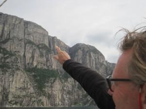 De preikestolen vanaf het water gezien